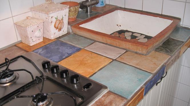 Geflieste Küchenarbeitsplatte mit Cotto-Becken